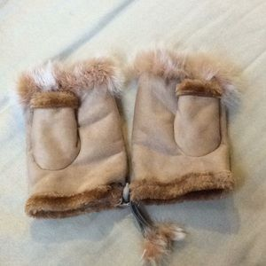 Suede fingerless gloves with furry trim